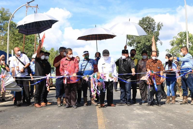Peresmian underpass dilakukan dengan pengguntingan pita diikuti Wakil Gubernur Hadi Mulyadi, Manager Bayan Group Leyong dan pimpinan PT FKP Alexander. Foto: humas pemprov kaltim